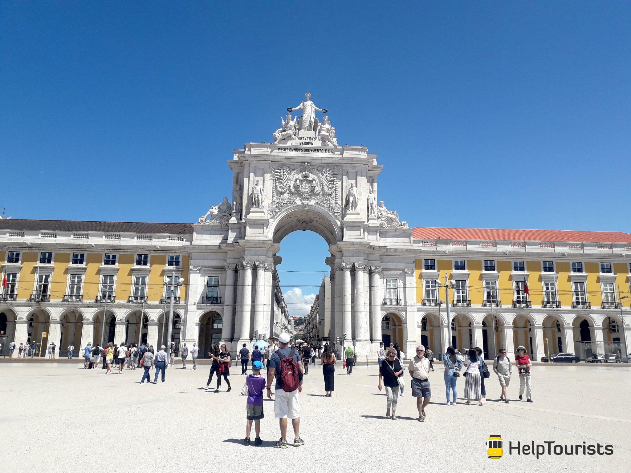 Lissabon Handelsplatz Triumphbogen blauer Himmel