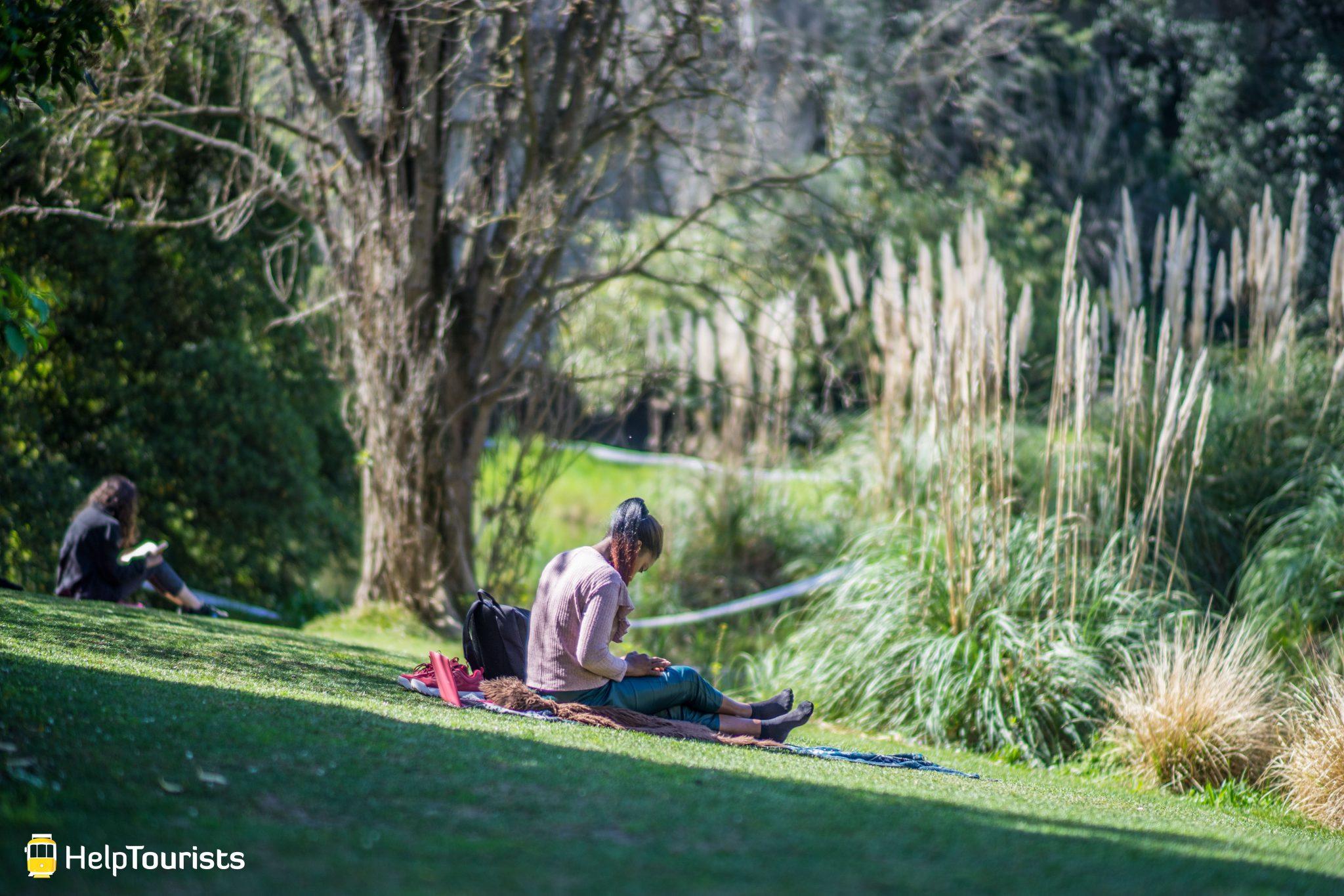 Lissabon_Museu-Calouste-Gulbenkian_Garten_Buch-lesen