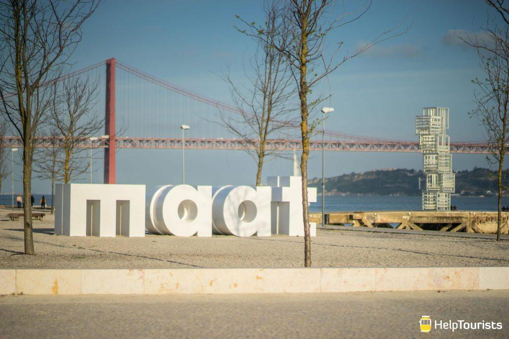 Lissabon_MAAT_grosse-Buchstaben_Ponte25deAbril