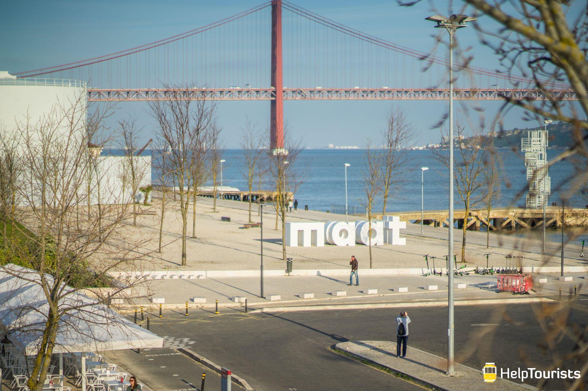 Lissabon_MAAT_grosse-Buchstaben_totale